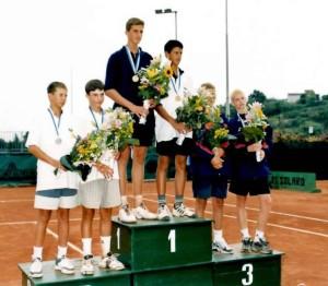 U-14 EM 2001 in San Remo, Bojan Bozovic zusammen mit Nole ganz oben auf dem Podest. Ganz rechts Andy Murray.